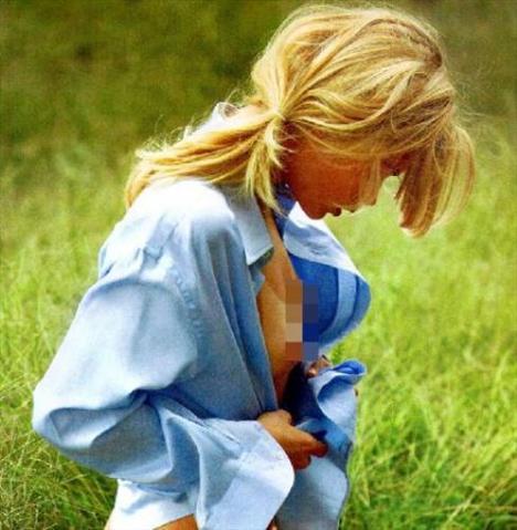 Moda dünyasının yıldızı her geçen gün yükselen mankenlerinden Doutzen Kroes, VMan adlı dergiye verdiği pozlarla gündeme geldi. Bebek yüzlü genç manken, bütün güzelliğini sergilediği bu fotoğraflarla magazin gündeminin de ilk sıralarına oturdu. İşte o fotoğraflar.