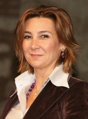 """Vuslat Doğan Sabancı Hürriyet Gazetesi İcra Kurulu Başkanı Vuslat Doğan Sabancı, 2004 yılında """"Aile içi Şiddete Son"""" kampanyası""""nı başlattı. Türkiye'nin her yerinden cinsiyet gözetmeksizin aile içinde şiddet gören, her bireye destek olmak amacıyla yürütülen kampanya, geçtiğimiz yaz Edirne'den Kars'a  bütün Türkiye'yi dolaşan """"Hürriyet Treni"""" ile pekiştirildi. Projenin son ayağı ise Sezen Aksu'dan Aylim Aslım'a, Ajda Pekkan'dan Nazan Öncel'e birçok ünlü sanatçının şarkılarından oluşan, ve gerçek bir hikayenin adını taşıyan Güldünya albümü."""
