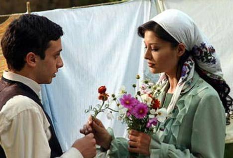 """EĞRETİ GELİN  Türk sinemasının kadın sorunlarına en çok eğilen yönetmeni Atıf Yılmaz'ın ölmeden önce çektiği son film. Nurgül Yeşilçay ve Onur Ünsal'ın başrollerini paylaştığı film, Ege bölgesinin bazı illerinde geçmişe ait bir gelenekten esin kaynağını alıyordu.Filmde Yeşilçay, evlenme çağına gelen erkekleri eğitmekle görevli """"eğreti gelin"""" dinelin bir genç kadını canlandırıyordu. Aslında geleneklene aykırı olduğu halde eğittiği gence aşık olunca da olaylar beklenilmedik şekilde gelişiyordu."""