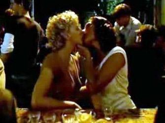 YAŞAMIN KIYISINDA   Fatih Akın'ın yönettiği filmde Nurgül Yeşilçay ile Patrycia Ziolkowska'nın bu öpüşme sahnesi de çok konuşulmuştu.
