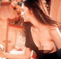 MUM KOKULU KADINLAR  Yönetmenliğini İrfan Tözüm'ün üstlendiği film bir anlamda Hande Ataizi'ni de sinemaya armağan etti. Filmdeki iyi oyunu Ataizi'ne bir de ödül getirmişti. Ataizi 1996'da Yasemin Alkaya ile en iyi kadın oyuncu dalında Altın Portakal ödülünü paylaştı.