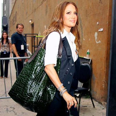 Ünlü kadınlar tatilde, alışverişte, heryerde bu çantaları tercih ediyor....   Jennifer Lopez
