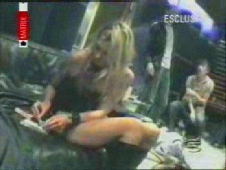 Kate Moss'un kokain alemindeki bu görüntüleri de tam 300.000 dolara satılmıştı.