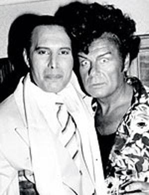 Paparazzilerin çektiği kimi fotoğraflar onlara bir servet kazandırdı. Örneğin, Queen grubunun solisti AIDS hastası yıldız Freddie Mercury'nin uzun süre ortadan kaybolduktan sonra çekilen bu fotoğrafı 230.000 dolara satın alınmıştı.