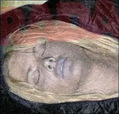 Paparazziliğin belki de en çirkin yüzü... Anna Nicole Smith'in ölümünden sonra çekilen bu fotoğraf, 1.500.000 dolara alıcı bulmuştur.
