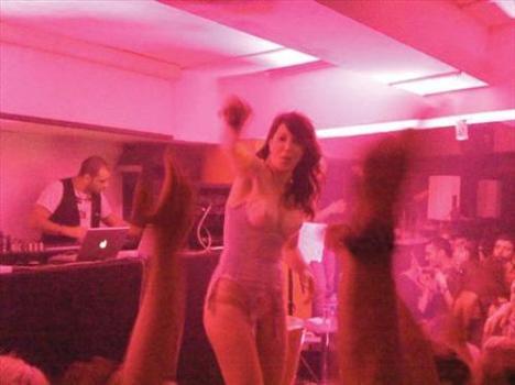 Hande Yener, geçtiğimiz gün Love adlı barda iç çamaşırını andıran kıyafetle sahne aldı. 400 davetiyenin basıldığı özel geceye basın alınmadı. Ancak bu gizliliğe rağmen Yener sıra dışı sahne kostümüyle görüntülenmekten kurtulamadı. Mekana sevgilisi Kadir Doğulu ile birlikte gelen ve müdavimlerin karşısına iç çamaşırını andıran bir takımla çıkan şarkıcının konseri yaklaşık 4,5 saat sürdü.