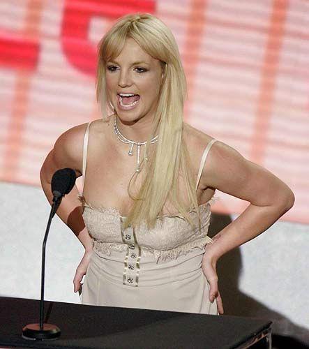Banyoda mum ışığında kitap okuyarak rahatlıyor ....Britney Spears
