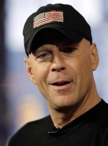 2002'de Afganistan'daki askerlere göndermek için pastaneden 12.000 kutu kurabiye aldı.Yılın yalnızca 2 ayı açık olan pastane siparişleri yetiştirebilmek için mesai yaptı...Bruce Willis