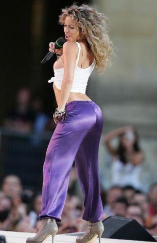 """İsminin anlamı """"zarafet abidesi"""" olan Lübnan asıllı şarkıcı,göbek dansına olan yatkınlığının genlerinden geldiğini söylüyor...Shakira"""