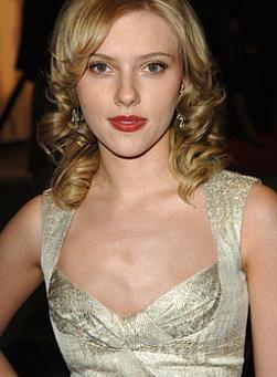 Neredeyse hiç göğsü olmayan Scarlett Johansson