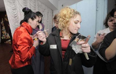 Rusya'da bir hapishanede gerçekleştirilen güzellik yarışmasında kadın mahkumlar kıyasıya yarıştı.