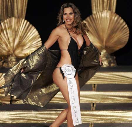 Brezilya'nın Sao Paulo şehrinde düzenlenen 'Miss Brazil Transex' adlı yarışmada adaylar, özel kostümlerle sahneye çıkıyor ve jüri üyelerine kendilerini beğendirmek için uğraşıyor.