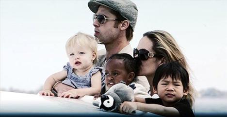 """Olay karşısında şoke olan Brad Pitt ise , """"Sadece ona ağrıları için yardımcı olmaya çalışıyordum"""" ifadesini kulandı."""