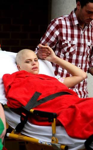 İngiltere'deki 'Big Brother' yarışmasında ünlenen ve 8 hafta ömrünün kaldığı açıklanan Jade Goody, son günlerini çocuklarıyla geçirmek için hastaneyi terk etmişti.