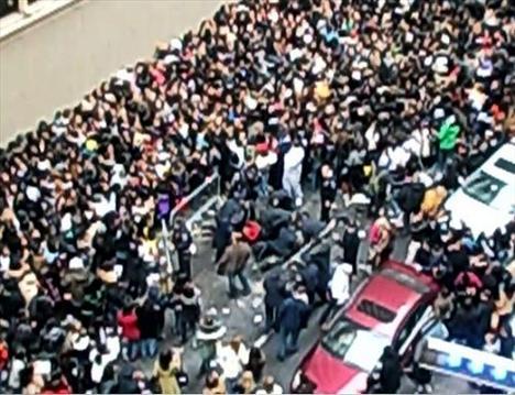 Manhattan'daki Park Central Oteli'nin dışına da taşan kaos ve panik yoldan geçenleri de korkuttu.