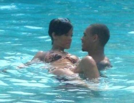 Rihanna'dan ayrılamıyor! - 1