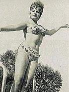 Bu siyah- beyaz fotoğraftaki kadın büyük olasılıkla özellikle belli bir yaşın üstünde değilseniz size hiç tanıdık gelmeyecektir. 1950'li yıllarda çekilen bu fotoğraf bakın hangi 'süper star'ın gençlik yıllarına ait.