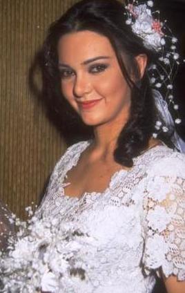 Mumu Kokulu Kadınlar adlı filmdeki cüretkar sahneleriyle dikkat çeken ve Antalya'da umut vaad eden kadın oyuncu ödülü alan Hande Ataizi de bir dizi estetik operasyon geçirdi.