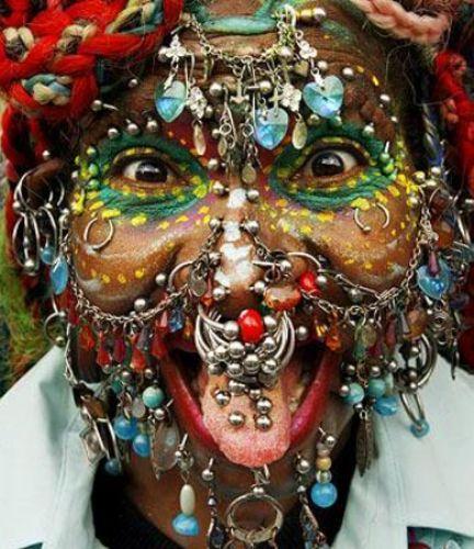 İngiliz Telegraph gazetesinde yer alan habere göre, Elaine Davidson ilk defa 2000 yılında dünyanın en fazla piercing takan kadını ünvanın almıştı.