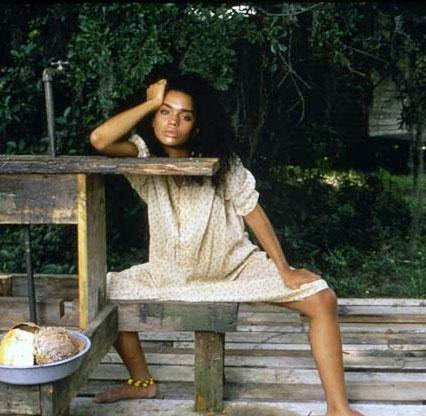 ŞEYTAN ÇIKMAZI   Alan Parker'ın imzasını taşıyan Angel Heart (Şeyan Çıkmazı) Mickey Rourke ve 1980'lering özde dizisi Cosby Ailesi ile ün kazanan Lisa Bonet'nin rol aldığı sevişme sahneleriyle çok konuşuldu. Parker'ın zenciler, blues, kara büyüleri ve şeytana tapmak gibi konuları biraraya getirerek oluşturduğu ilginç film kanlı sevişme sahneleri yüzünden bazı çevreler tarafından eleştirilmişti.