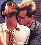 BENİM GÜZEL ÇAMAŞIRHANEM   Stephen Frears'ın yönettiği My Beautiful Laundrette (Benim Güzel Çamaşırhanem) adlı filmde Daniel Day Lewis ile rol arkadaşının birbirlerine sarıldığı bu sahne de sinema tarihinin en etkileyici aşk sahnelerinden biri .