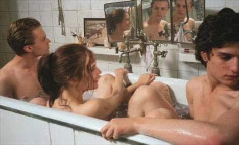 THE DREAMERS   Bernardo Bertolucci'nin tartışılan filmin en unutulmaz sahnesi.