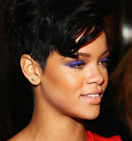 Elektrik mavisi, Rihanna'nın vazgeçemediği renklerden...