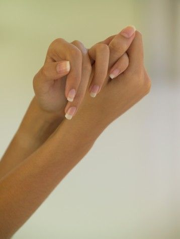 Güzel ellerin ilk şartı bakımlı tırnaklar. Eğer french manikürü tercih ediyorsanız, tırnaklarınızın üzeri her zaman pürüzsüz ve parlak olmalı. Bunun için tırnak yüzeyi törpülerinden faydalanın.