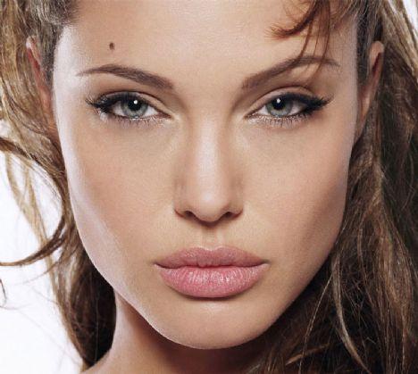 2)Angelina Jolie Jon Voight'ın kızı ve Girl Interrupted filmiyle en iyi yardımcı kadın oyuncu ödülünü aldı.