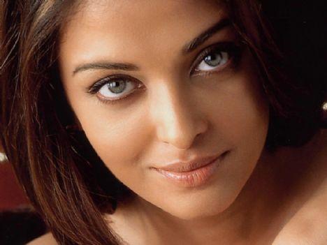 """1) Aishwarya Rai 2004 yılında Time tarafından """"100 Çekici İnsan"""" listesi arasında yer aldı. Gözlerine bakınca bunun neden olduğunu anlayabiliriz."""