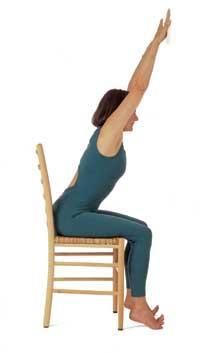 Kolları yukarıya kaldırarak esneme pozisyonu  1Yüzünüz duvara dönük olacak şekilde bir sandalyeye oturun.   2. Kollarınızı olabildiğince yukarı kaldırın. Boynunuzu rahat bırakın.   3. Omuzlarınızı da sıkmayın, sadece mümkün olduğunca yukarı doğru esnetin.   4. Parmaklarınız duvara dayalı pozisyonda yeteri kadar esnedikten sonra birkaç dakika dinlenin.   5. Biraz dinlendikten aynı hareketi birkaç kez tekrar edin.