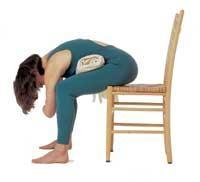 Sandalyede Eğilme Pozisyonu  1.Bacaklarınız açık bir şekilde sandalyeye oturun.   2. Başınızı sandalyeden aşağı doğru serbest bırakın ve boynunuzu rahat bırakın.   3. Kendinizi bu şekilde rahat hissetmiyorsanız kucağınıza bir battaniye koyup eğilin.   4. Bu pozisyonda bir süre bekleyin. Her soluk alış-verişinizde bedeninizin ve zihninizin dinlendiğini hissedeceksiniz.