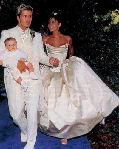 Victoria ve David Beckham çiftinin 1999 yılında gerçekleştirilen düğünlerinin fotoğrafı 1 milyon euro