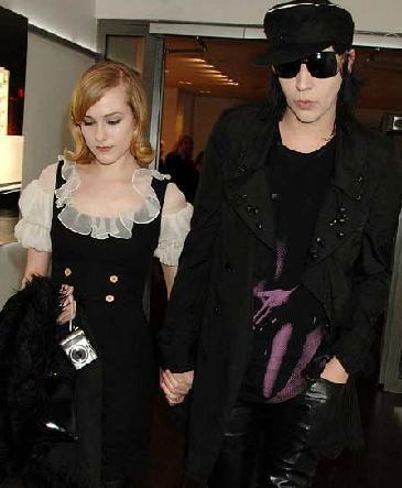 Ama bu evlilik Manson'ın genç yıldız Evan Rachel Wood'a aşık olmasıyla sona erdi.