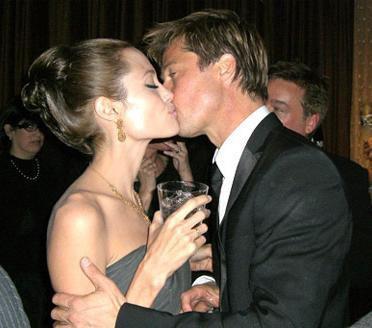 Bu film, Pitt ve Jolie arasında tutkulu bir aşk doğmasına neden oldu. İkili ilişkilerini önce inkar etti ama sonra artık saklayacak fazla bir şeyleri kalmadığını anlayıp birlikte olduklarını tüm dünyaya açıkladı.