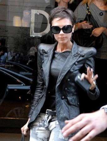 Siyah deri ceketi ve geniş omuzlarıyla ilginç görünen Beckham'a, magazin basını ağır eleştirilerde bulundu.