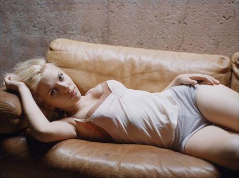 Rüyaları süsleyen ünlüler Scarlett Johansson Scarlett Johansson film sözleşmelerine çıplak sahnede oynamama maddesi koymakta ısrarlı. Aksi halde ciddi bir film oyuncusu olarak algılanmayacağına inanıyor.