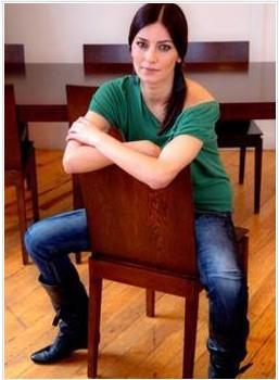 Modellik, sunuculuk derken dizi oyunculuğunda karar kılan Seda Akman, Kütahya doğumlu.