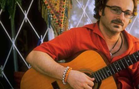 1990'lı yılların pop müziğine damgasını vuran ünlülerden biri de Harun Kolçak.
