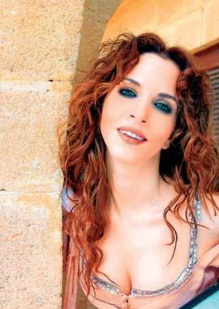 """Bu arada Sertab Erener benzersiz sesi sayesinde birçok uluslararası isimle birlikte düet yapma imkanı da buldu. Jose Carreras ile klasikte de başarılı olabileceğini gösterdi. Sanatçı 1999 yılında dördüncü albümü """"Sertab""""ı çıkardı. Aynı dönemde Ricky Martin, Sertab'la yaptığı düete albümünün Ortadoğu baskısında yer verdi. 2000 yılında """"Voice Mail"""" grubu ile """"Zor Kadın"""" adlı şarkısını Akapella (müzik eşliği olmadan) tarzında söyledi ve dünya listelerinde şans aradı. Aynı yılın yaz aylarında çıkan """"Bu Yaz"""" adlı single'da Ricky Martin ile söylediği """"Private Emotion"""" ve Yunan sanatçı Mando ile yaptığı """"Aşk/Fos"""" adlı düetlere yer verdi. 2003 yılında """"Everyway That I Can"""" ile Türkiye'ye Eurovision birinciliğini getiren Erener hala sesiyle milyonlarca kişinin kalbini fethetmeyi sürdürüyor."""