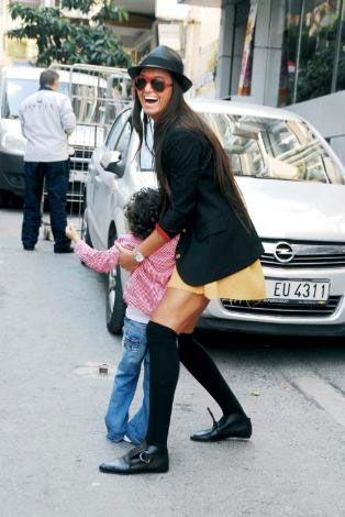 Stil ikonu Eda Taşpınar, yine Bebek sahilinde ve bu kez kucağında yeğeni Milla ile görüldü. Yeğenine hamburger alan Taşpınar, onun karnını doyurmaya çalışıyordu.
