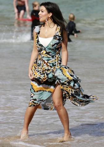 Kim Kardashian herkesin bikiniyle gezdiği plajda elbiseyle gezip dikkat çeker.