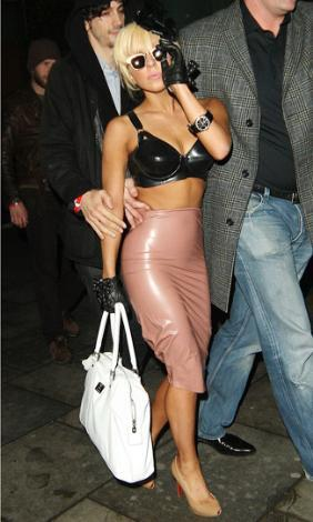 Lady Gaga... Ne yapsa dikkat çeker...