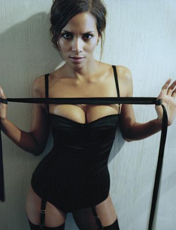 Halle Berry (42 yaşında, 1 çocuk annesi)  Halle Berry