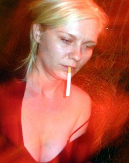 Kötü alışkanlıkları olan ünlüler  Gösteri dünyasının ünlü kadınlarının en büyük tasası güzelliklerini korumak... Bir çoğu bunun için insanüstü bir çaba harcıyor. Ama, bu ünlülerin güzelliğin en büyük düşmanı olan sigaraya tutkun olacağı aklınıza gelir miydi hiç.. İşte suç üstü yakalanan nikotin bağımlısı ünlüler.