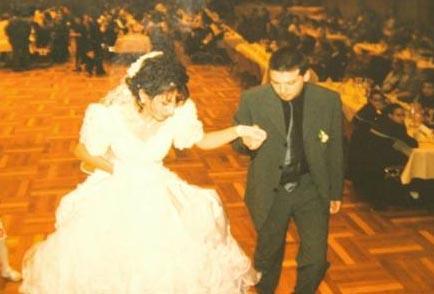 Böylesine bir evlilik töreni için yeterli para olmayınca da Sibel ve Stephan soluğu bir bankada aldılar. Hayallerine giden adımı atmalarını sağlayacak 15 bin Euro'luk kredi ilk anda onlara hayat kurtarıcı gibi göründü. Çiftin bu paranın geri ödenmesi konusundaki en büyük beklentisi de düğünde takılacak takılardı.