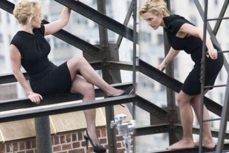 Rol aldığı iki filmle bu yıl Oscar da dahil olmak üzere tüm ödülleri silip süpüren başarılı oyuncu Kate Winslet, ünlü dergi Harper's Bazaar için bir binanın çatısına çıkıp tehlikeli ama seksi pozlar verdi.