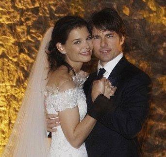 Genç kızken hep Tom Cruise hayranı olan, evinde onun posterleriyle yaşayan Katie Holmes'un en büyük hayali bir gün aktörle tanışmakmış. Tom Cruise'la evlenmek, onun için peri masalından farklı değildi. Bir gün arkadaşlarıyla Sushi yemeğe giden Katie ve Tom, restoranda tanıştılar ve ardından geçen çok kısa süre sonra nişanlandılar. 17 Haziran 2005 tarihi, Katie'nin hayatının belki de en heyecanlı günüydü. Tom, Eiffel Kulesi'nde elinde tek taşla Katie'ye evlenme teklif etti.