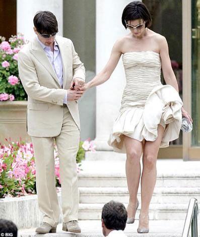 42 yaşındaki Tom Cruise ile 26 yaşındaki Katie Holmes, İtalyan tarzı bir düğünle 18 Kasım 2006'da evlendiler. 15. yüzyıldan kalma Odescalchi Kalesi'nde evlenen çiftin şahitleri Kelly Preston, Leah Remini, Will Smith ve Jada Pinkett Smith'ti.