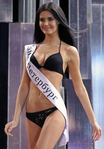 """Skandallı Güzeller """"Miss Rusya-2009"""" güzellik yarışmasında taç giyen Sofia Rudyeva'nın adı porno skandalına karıştı. Yarışmada taç giyen 18 yaşındaki Sofia Rudyeva'nın yarışmaya katılmadan önce porno dergi ve internet sitelerine verdiği pozlar ortaya çıktı."""